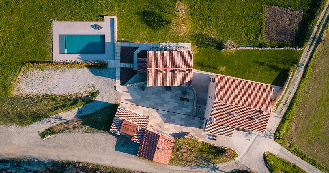 hotel rural amb piscina al Ripollès, perfecte per anar amb familia